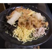 Kawara Soba (fideos de té verde, pollo, tortilla, algas & tempura de langostino)