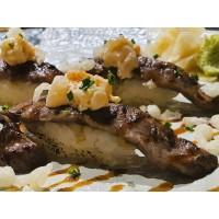 Nigiri Wagyu con crujiente de tempura y tartar de vieira (aburi)