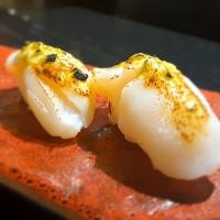 Nigiri Vieira emulsionada con raíz de wasabi (aburi)